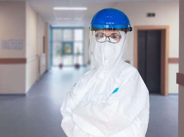 Um médico vestindo um traje de proteção para combater a pandemia de coronavírus