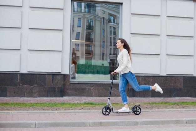 Um, menina jovem, montando, um, scooter