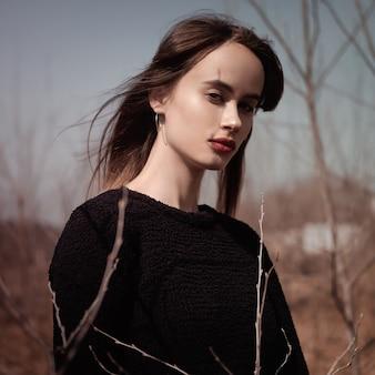 Um, menina, plataformas, em, um, campo, em, a, sol, em, um, suéter preto, close-up, retrato