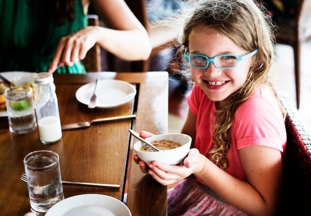Um, menina, segurando, dela, tigela cereal
