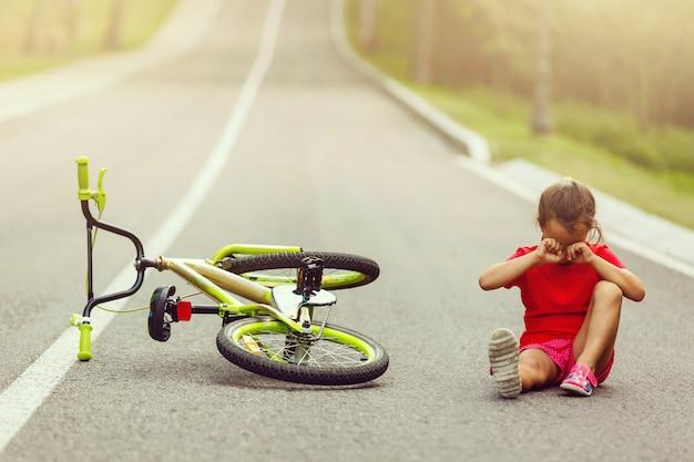 Um, menininha, montando uma bicicleta