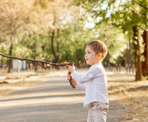 Um menino aplaudindo. sensação de menino. expressões faciais humanas engraçadas e conceito de emoções de pessoas positivas.