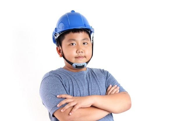 Um menino asiático com capacete azul quer ser engenheiro elétrico. fundo branco