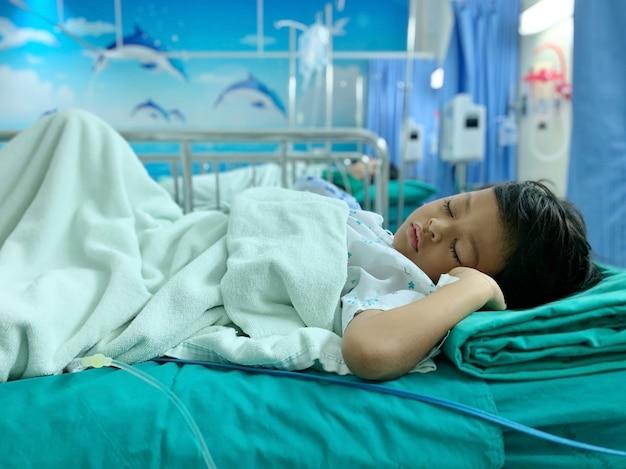 Um menino asiático que está doente com doença adenoide