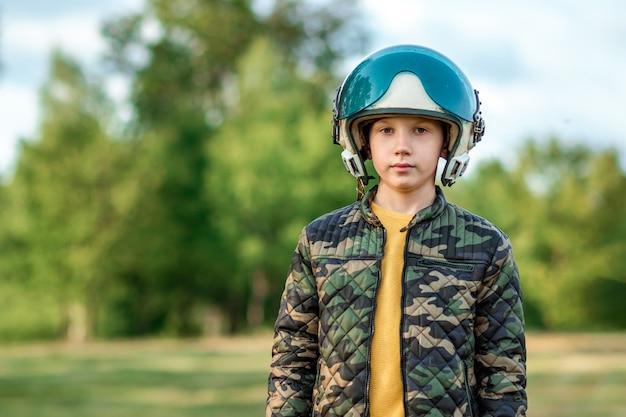 Um menino com capacete de piloto