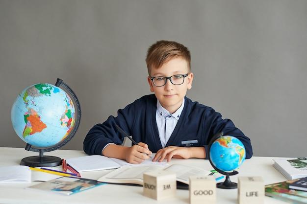 Um, menino, com, óculos, fazendo uma lição, em, classe, fazendo, um, tarefa