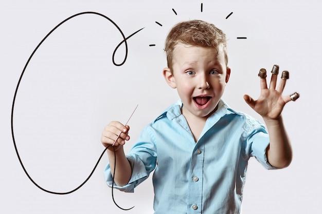 Um, menino, com, um, agulha, e, fio, em, um, azul, camisa