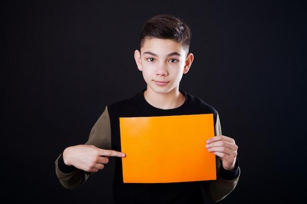 Um, menino, com, um, anunciar, folha papel