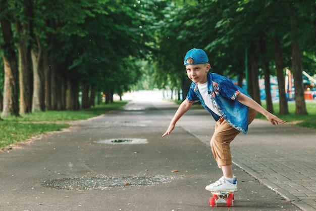 Um menino de cidade pequena e skate. um rapaz está andando de skate parka