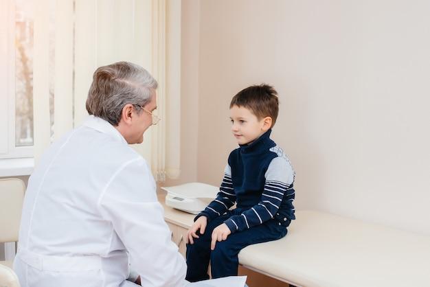 Um menino é ouvido e tratado por um médico experiente em uma clínica moderna. um vírus e uma epidemia.