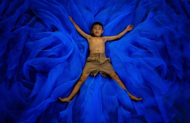 Um, menino, em, estudante, calças, uniforme escola, sono, ou, tocando, ligado, chão