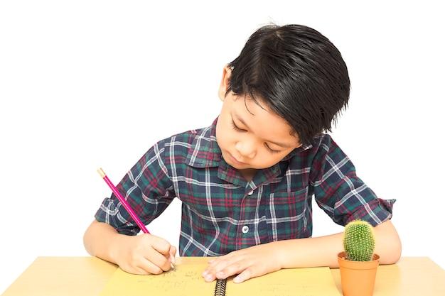 Um menino está curiosamente fazendo lição de casa