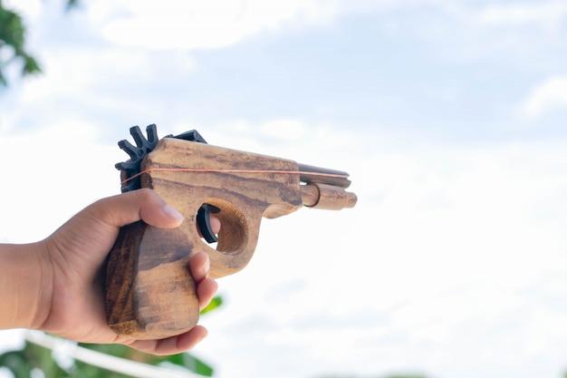 Um menino está jogando seu jogo com arma falsa