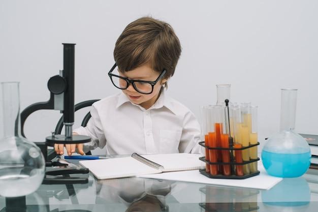 Um menino fazendo experimentos em laboratório