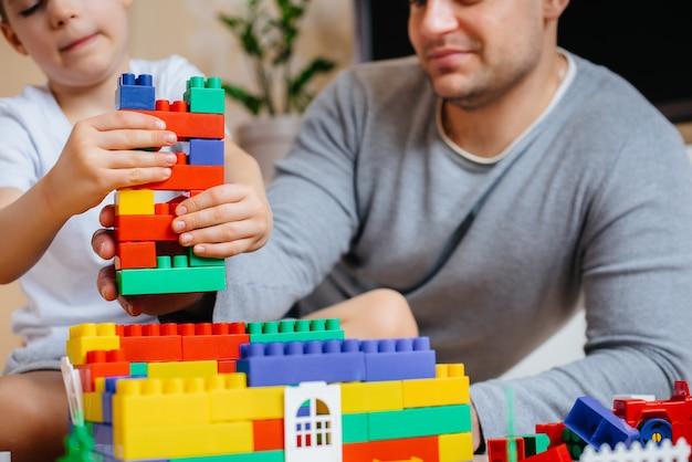 Um menino junto com seu pai é interpretado por um construtor e constrói uma casa. construção de uma casa de família.