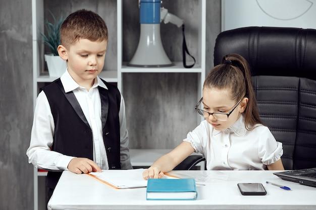 Um menino simpático trouxe papéis para a assinatura de uma menina que retrata o chefe no escritório