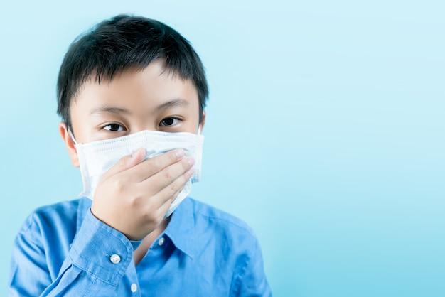 Um menino vestindo máscaras de saúde