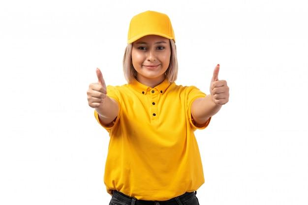 Um mensageiro feminino vista frontal na camisa amarela boné amarelo sorrindo mostrando como sinal em branco
