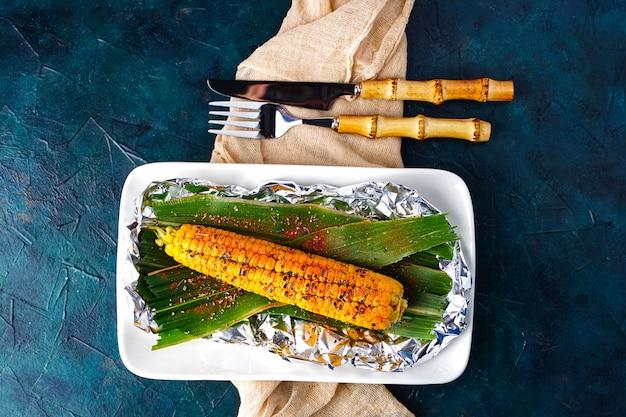 Um método de cozinhar espigas de milho em fogo aberto torrado milho doce com especiarias vegetais grelhados