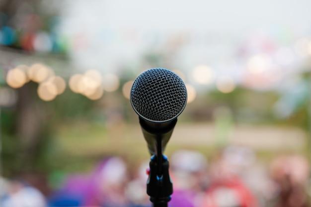 Um microfone profissional durante apresentações ao ar livre Foto Premium