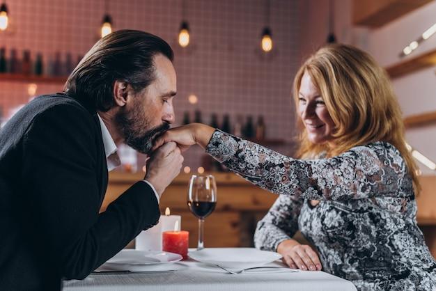 Um, middle-aged, homem mulher, é, jantando, em, um, restaurante