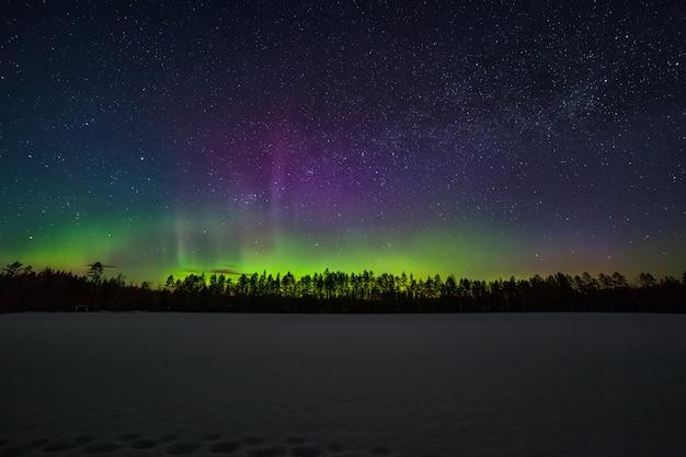Um milhão de estrelas durante a aurora boreal. suécia. exposição longa. via láctea