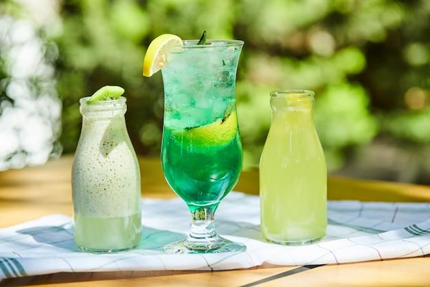 Um milkshake e duas limonadas na mesa de madeira