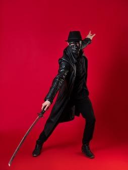 Um misterioso assassino ninja em estilo noir - um homem com roupas pretas
