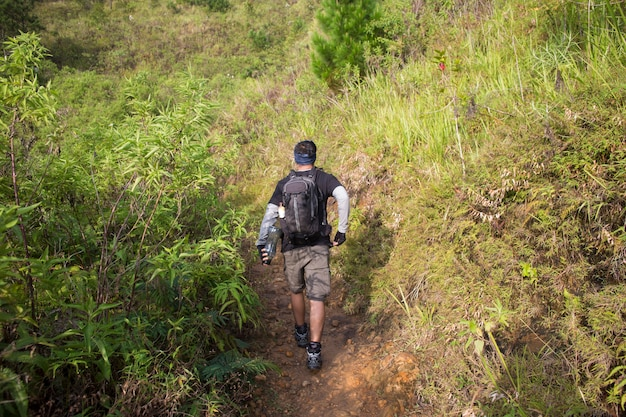 Um mochileiro viaja sozinho, com mochila nas montanhas