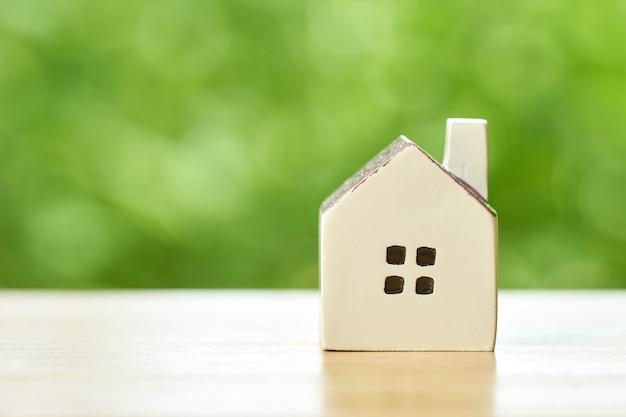 Um modelo de casa modelo. usando como conceito de negócio de fundo e imobiliário