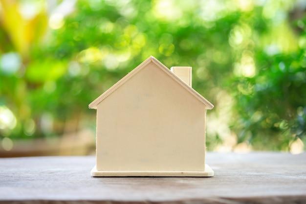 Um modelo de casa modelo .usando como conceito de negócio em segundo plano e imóveis