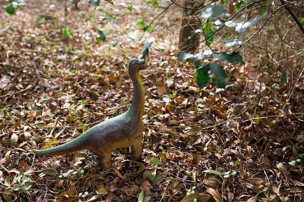 Um modelo de dinossauro de plástico ao ar livre