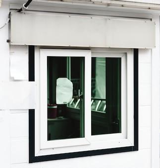 Um modelo de sinalização de loja branca acima de uma vitrine