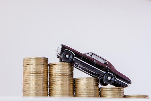 Um modelo preto de um carro com moedas na forma de um histograma