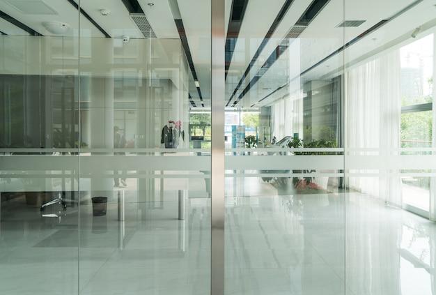 Um moderno edifício de escritórios com portas de vidro e janelas