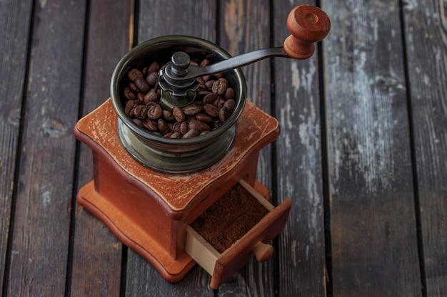 Um moedor de café e grãos de café nele