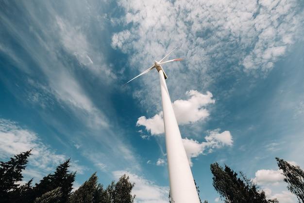 Um moinho de vento branco contra um céu azul