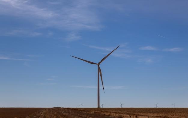 Um moinho de vento com modernas turbinas eólicas no localizado no oeste do texas