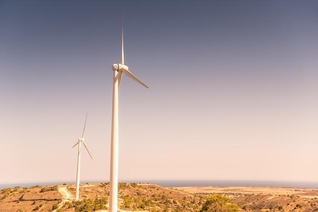 Um moinho de vento em uma encosta