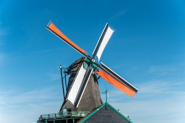 Um moinho de vento na holanda