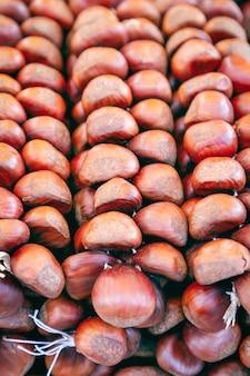 Um molho de castanhas em um tradicional mercado de alimentos de outono na itália.