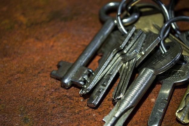 Um molho de chaves em um fundo marrom