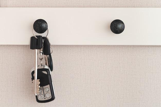Um molho de chaves pendurado no gancho da roupa