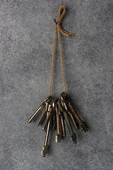 Um molho de chaves velhas pendurado na parede.