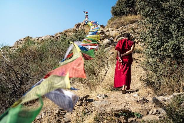Um monge caminhando e orando em um templo budista em alpujarras de granada, espanha