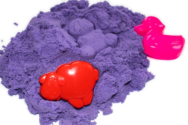 Um monte de areia cinética com moldes para a criatividade