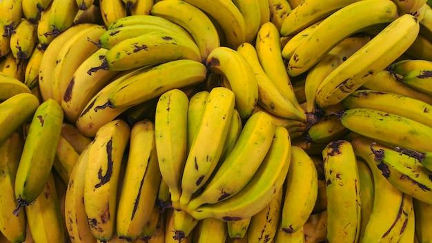 Um monte de bananas frescas e maduras