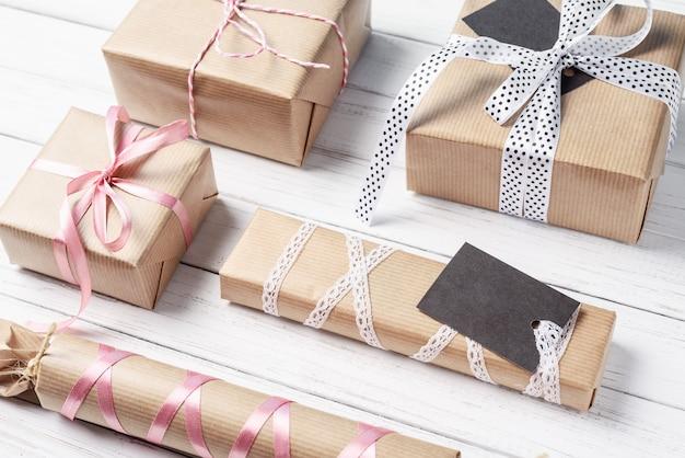 Um monte de caixas de presente com fita em um fundo branco, copie o espaço