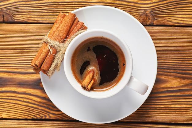 Um monte de canela de malha com uma corda, uma xícara de café e um notebook