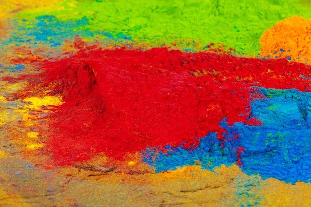 Um monte de cores colocadas em close-up de madeira